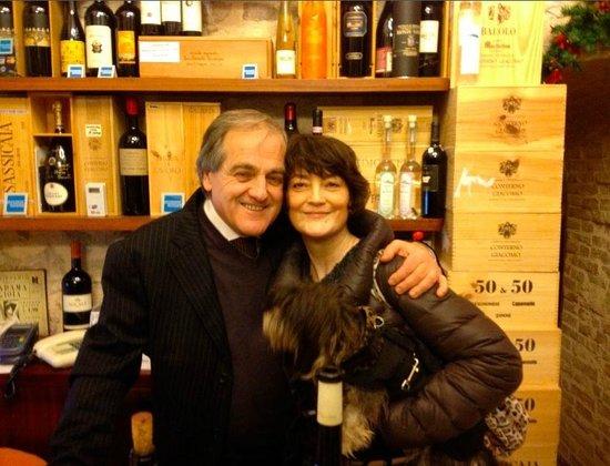 la bassottina Flo, io e Roberto Angelini di Enoteca Properzio (e che bottiglie! per dire...)