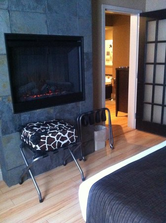 Best Western Plus Moncton : Gorgeous fireplace!