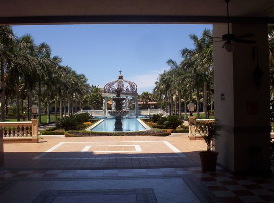 ClubHotel RIU Jalisco: Looking out of the lobby area towards the pool & beach