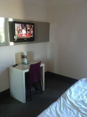 B&B Hotel Firenze Novoli: tv a schermo piatto con piccola scrivania