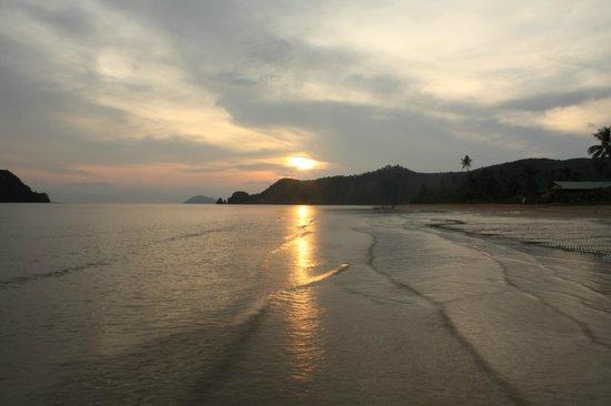 Holiday Beach Resort: Закат на пляже