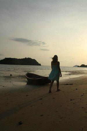 Holiday Beach Resort: Чудесный пляж с чарующими закатами!