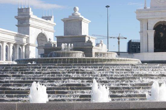 Independence Square and Kazak Eli Monument: Площадь Независимости