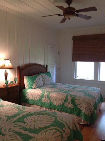 Hotel Lanai: Pineapple quilts, nice fan, comfy beds