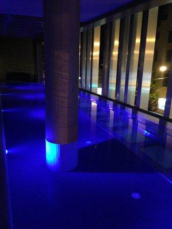 Art Series - The Olsen: По вечерам бассейн красиво подсвечен. Жаль, вода не подогревается.