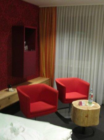 Hotel Tannhof : Sitzecke und Minibar