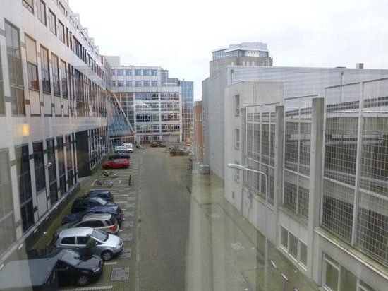 Golden Tulip Leiden Centre : The view from our room was dull.