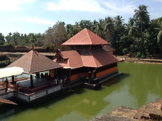 Kasaragod, Ấn Độ: Photo of the temple in the 'lake'