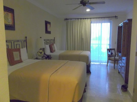 Villa del Arco Beach Resort & Spa Cabo San Lucas : Comfortable beds, but not much sitting room.
