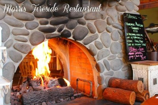 Morris' Fireside Restaurant: We sat next to the lovely stone fireplace to eat our breakfast.