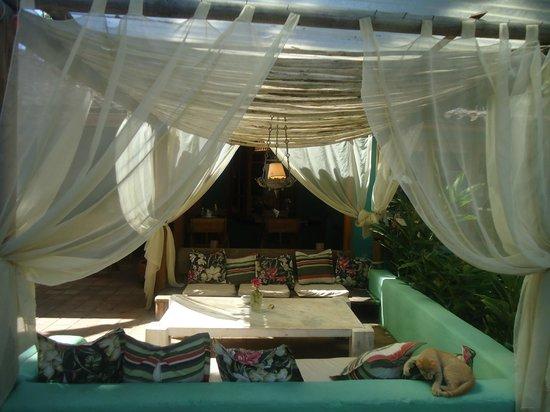 Pousada Raízes do Brasil: lounge proximo a area de refeição