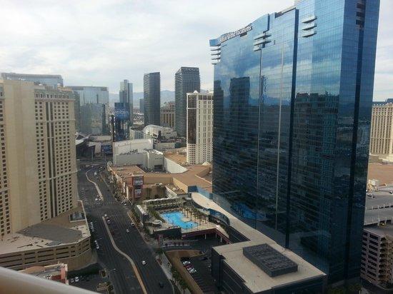 Signature at MGM Grand : Looking at Vegas Blvd