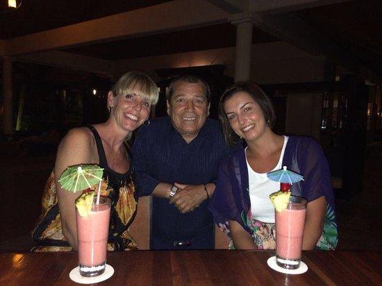 Paradisus Punta Cana: Tomándonos unos cócteles en el M BAR hechos por Julio García, uno de nuestros bar tenders favori