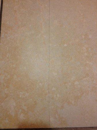 Homewood Suites by Hilton Phoenix North - Happy Valley: Cracked floor tiles