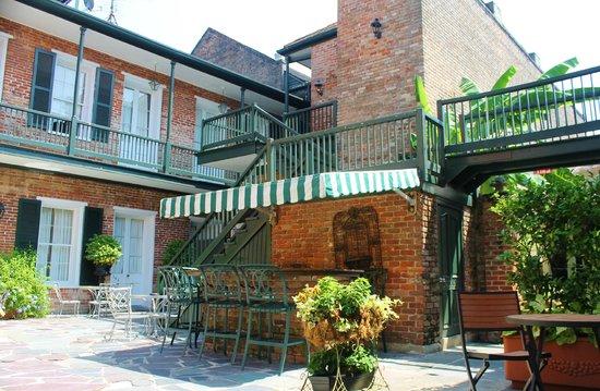 Chateau Hotel: Courtyard