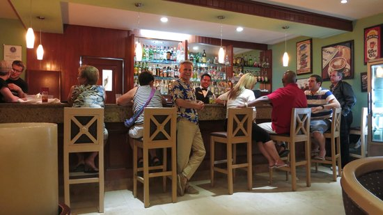 Grand Palladium Vallarta Resort & Spa : Hemingway bar with Giovanni