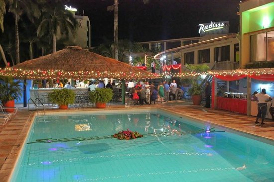 Radisson Fort George Hotel and Marina : Colonial Pool at night