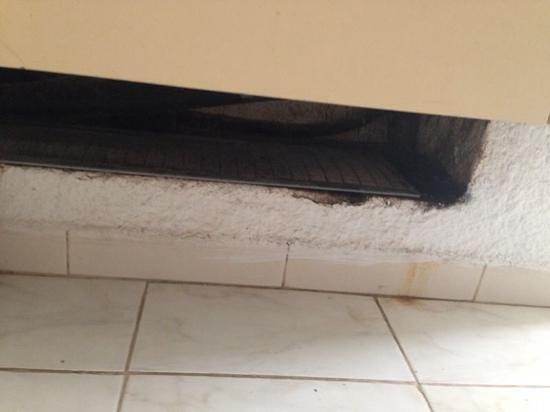 El Mouradi Djerba Menzel: climatizzatore della camera posizionato accanto al letto del bimbo