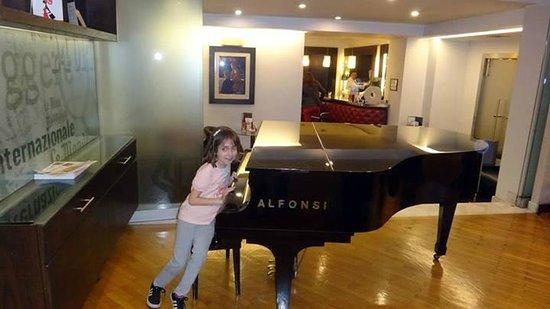 Best Western Plus Hotel Universo : Lobby con piano