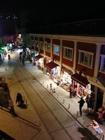 Sirkeci Mansion: Comércio na rua do hotel.