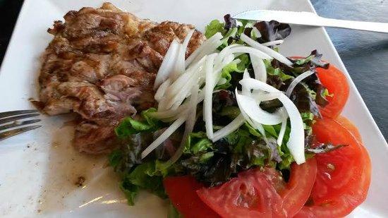 Mala Cara: Pollo grillado y ensaladas.