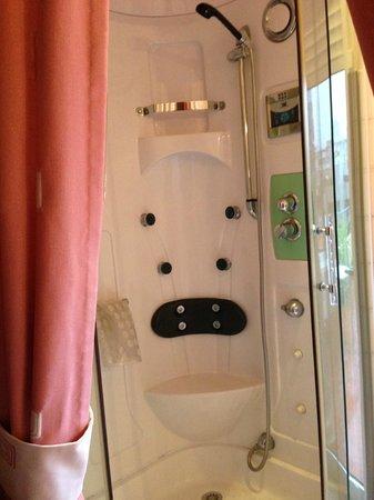 Santa Clara Guest House: Cabine de douche hydromassante dans notre chambre