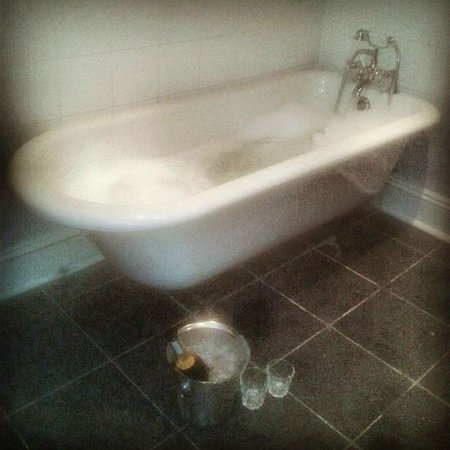 Marmadukes Town House Hotel : Roll top bath