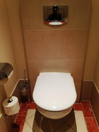Meliá Berlin : トイレはごくごく普通です。向かい合うようにビデが設置されています