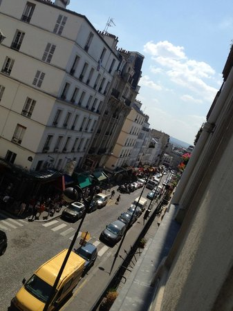 Hotel 29 Lepic: A fantastic view of a typical Parisian setting!