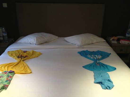 Hotel 29 Lepic : Our pyjamas were presented very nicely!