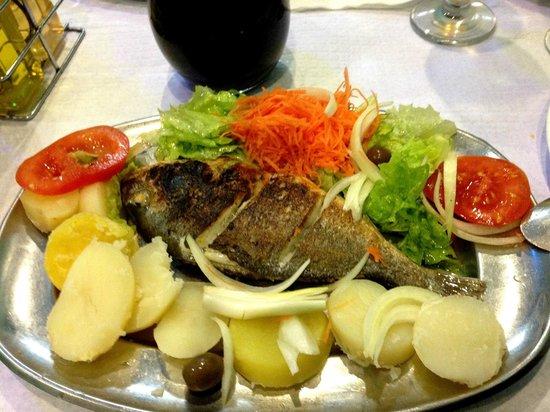 Santa Clara Guest House: Le menu à 5€ ,plat pour une personne + le 1/2l l de vin et le potage