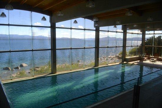 Alma del Lago Suites & Spa: Piscina climatizada con vista al lago