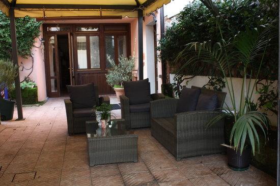 Hotel Milano: smoke area  in vicolo colombo