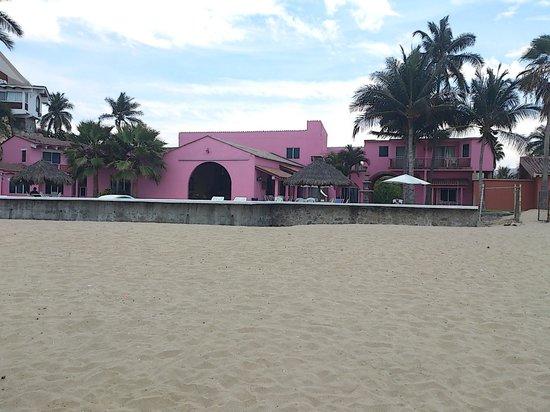 Hotel La Posada: vista de la posada desde la playa