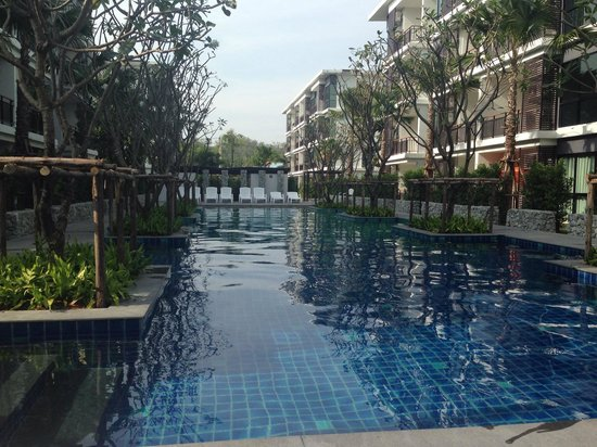 The Title Condo by TropicLook : Poolside