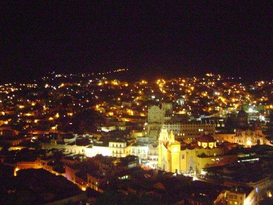Hotel Balcon del Cielo: La vista de noche. Parece un nacimiento. Te va a encantar.
