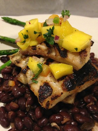 ‪‪Wilbraham‬, ماساتشوستس: Grilled Mahi Mahi w/ black beans and asparagus‬