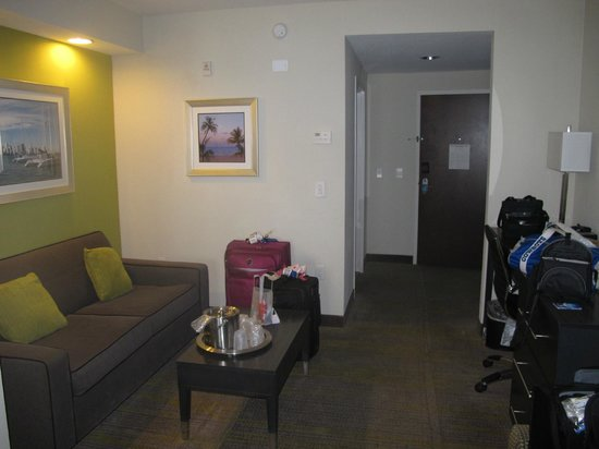 Comfort Suites Miami Airport North: Suite area.