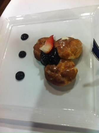 Restaurant VMF: white chocolate profiteroles