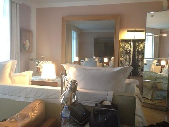 Le Royal Monceau-Raffles Paris : Cozy room, TV inside mirror