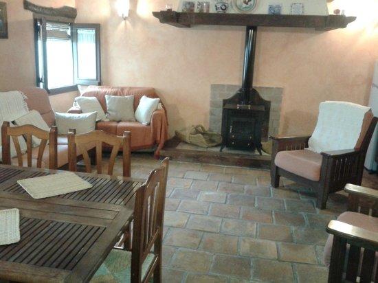 Aunon, Испания: salón de estar con cocina