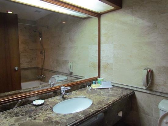 Orchard Grand Court: Large, well appointed bathroom