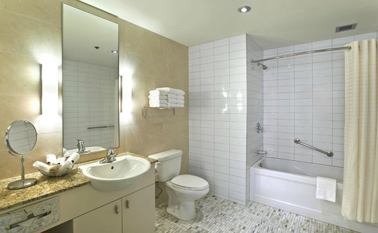 Le Square Phillips Hotel & Suites : Newly renovated bathroom