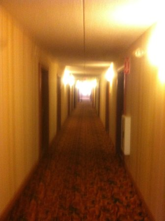 Country Inn & Suites by Radisson, Rochester Airport-University Area, NY: SOMEWHAT DARK HALLWAYS