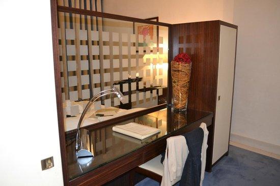 Palace Bonvecchiati: bureau derrière le lit