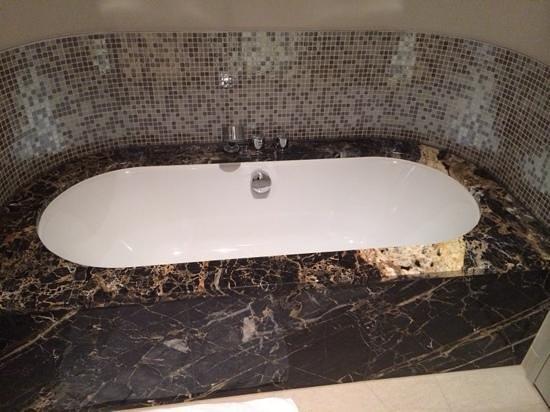 Steigenberger Grandhotel Handelshof: standard bathroom