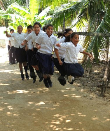 Guanaja Caribbean Cottages Resort: Local school children playing after class