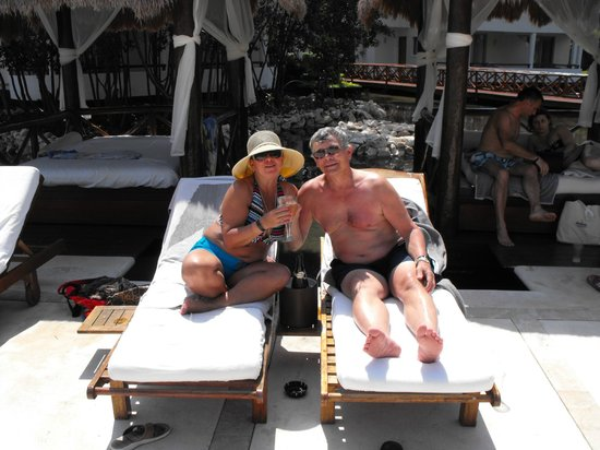 Grand Sunset Princess All Suites Resort : Chilling by the Lagunna Pool ~ having sunshine and drinks!