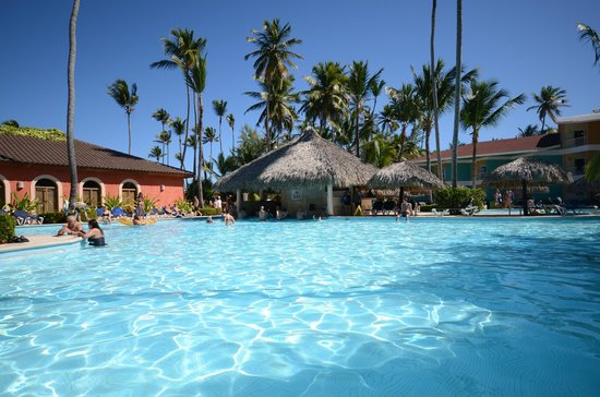 Grand Palladium Punta Cana Resort & Spa: one of the pools with the swim up bar