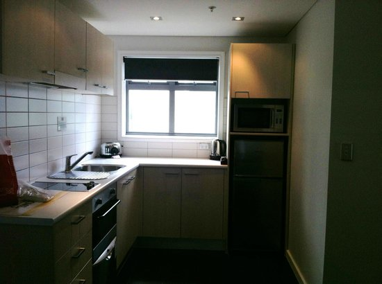 Waldorf Stadium Apartments Hotel: Spacious kitchen